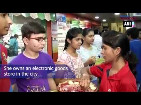 Gujarat Businesswoman awards free mobiles to toppers