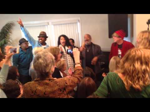 """""""Let's Groove,"""" Earth WInd & Fire's Larry Dunn tears it up at Vicki Abelson's Women Who Write"""