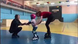 2 года 3 мес, 1 урок на роликах. Как научить ребенка кататься на роликах. Школа Роллер-Омск.