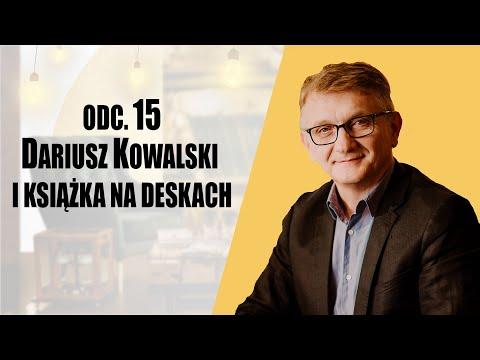 Dariusz Kowalski i książka na deskach - Regał