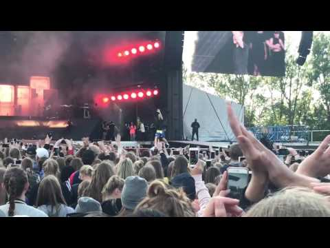 Justin Bieber brings 2 fans on stage to dance with him - Aarhus 05/06