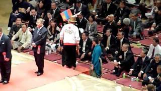 2010年10月3日、横綱朝青龍の断髪式です。 有名人出席者が土俵に上がり...