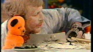 Matthew Corbett nasty Finger injury (Sooty and Co.)