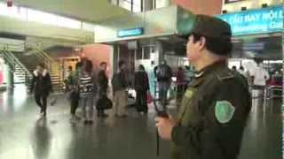 An ninh kiểm tra hành khách tại sân bay