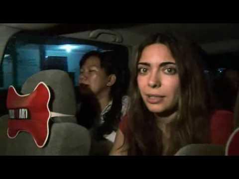 κορίτσι δίνοντας πίπα στο αυτοκίνητο