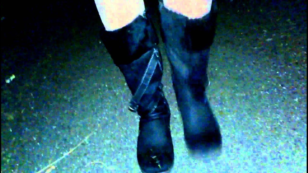 Pantimedias con minifalda y botas negras...