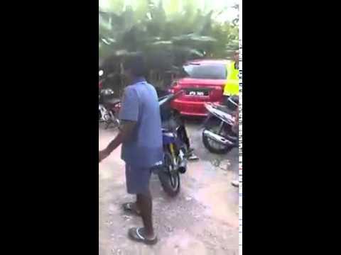 polis kenakan budak india