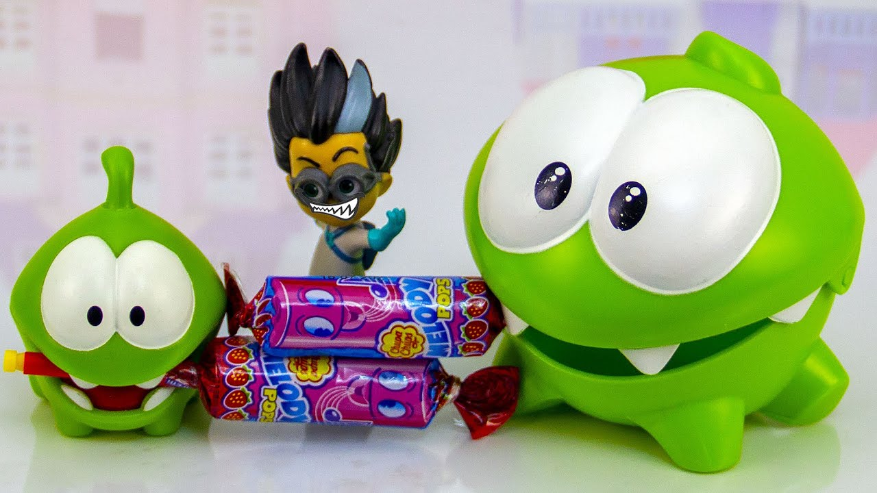 Ам Ням и маленький Ам Нямчик делят длинные конфеты.