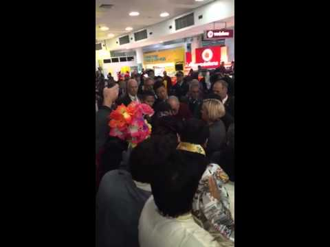 Crowds swarm around Dalai Lama at Sydney Airport
