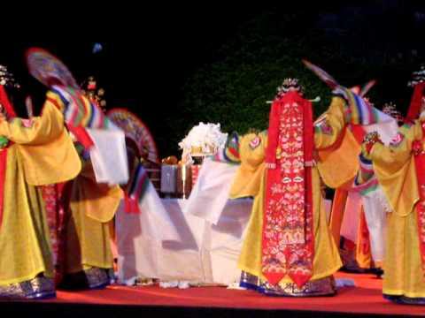 Korean Minute: Traditional Korean shamanistic ritual