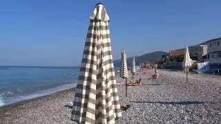 Зонтики спасают от жары. Пляж