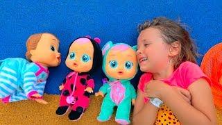 Катя играет с куклами на детской площадке и ловит бабочек