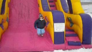 Bambini sulla neve al parco giochi sulla neve Park Slide Valtellina