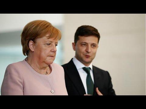 Almanya Başbakanı Merkel resmi törende titrerken ayakta durmakta zorlandı