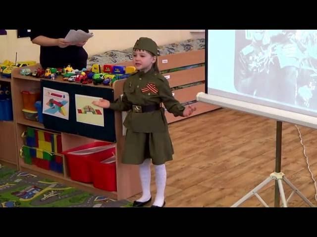 Изображение предпросмотра прочтения – ВиолеттаНаумчук читает произведение «Майор привез мальчишку на лафете» К.М.Симонова