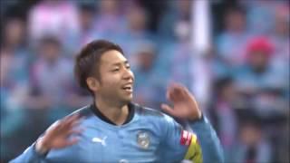 前線でボールを奪った小林 悠(川崎F)がゴール前まで持ち運び、右足を...