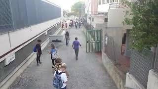 L'ingresso distanziato al liceo scientifico Alfano