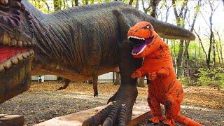 Весёлый Лёва гуляет с динозавром в парке