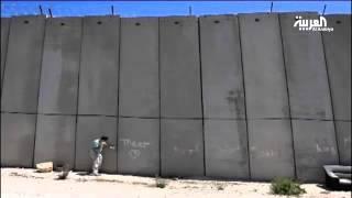من جدار الفصل في الضفة إلى الحدود المكسيكية الأميركية.. فنان فلسطيني طلب الإذن للقفز!