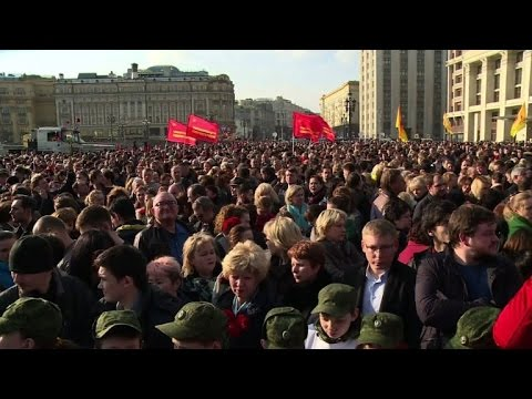 Thousands in Moscow hold tribute for St. Petersburg victims