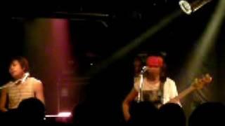 "Japanese pop-rock band Sekizui (せきずい)plays ""Kimi-ni-okuru-ai-n..."
