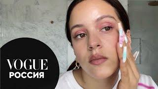 Росалия показывает макияж глаз в розовых тонах Vogue Россия
