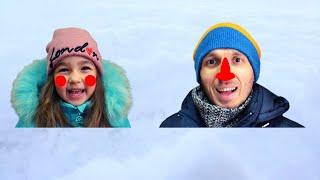 Алиса и папа играют со снегом