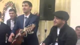 Парень исполняет песню