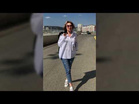 Женский черный жакет и белая рубашка