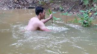 Amazing Man Uses PVC Powerful Slingshot To Shoot Huge Fish  -Make n Use