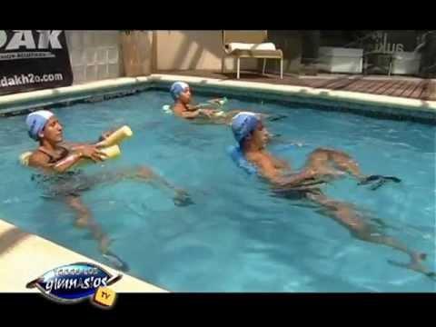 4 ejercicios de abdominales en el agua aquagym youtube for Ejercicios espalda piscina