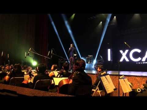 Decenas de personas aplauden al director de la película Ixcanul, en el Teatro Nacional