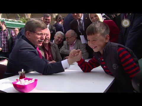 Başbakan Ahmet Davutoğlu, Düzce'de Enes ile bilek güreşi yaptı.