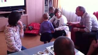 Lisa en Noah pakken de Sinterklaas pakjes uit