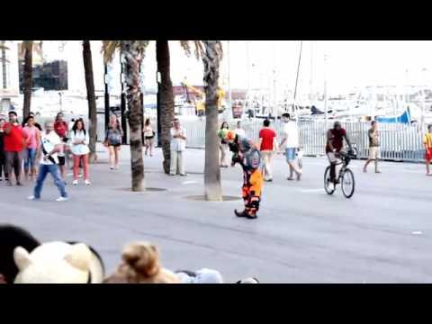 Tremendous Humorous Clown Present in Barcelona..شاهد مهرج مضحك يبهر الناس بحركاته في برشلونة
