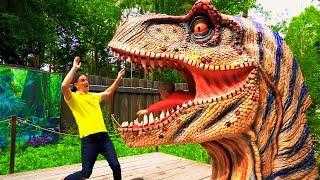 سينيا وأبي يلعبان في حديقة الديناصورات