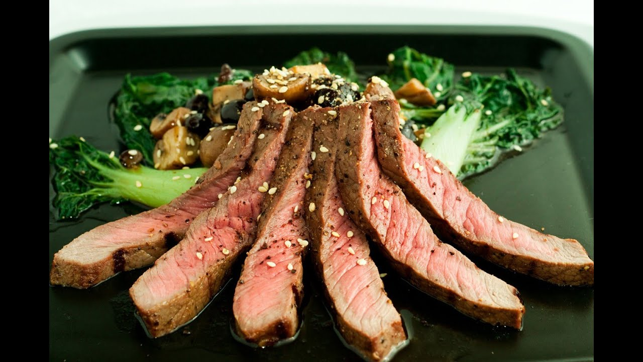 Мясо маринованное, запеченное с овощами в фольге на углях.