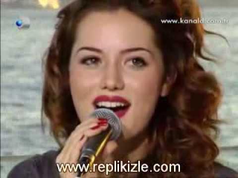 Fahriye Evcen  Фахрийе Эвджен поет песню Eglen Guzelim