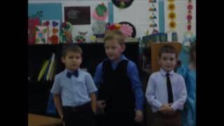 Матвей читает стихотворение на празднике День Матери в детском саду