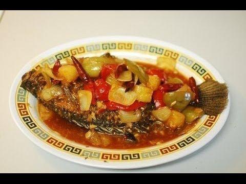 鱼甜和酸调味汁Fried Whole Fish In Spicy Sweet And Sour Sauce: Authentic Chinese Cooking.