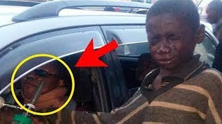 Junge kommt zum Auto, um zu betteln – als er hineinblickt, bricht er in Tränen aus