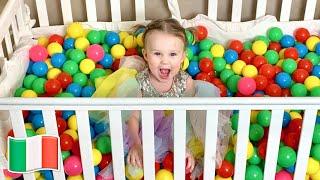 Cinque Bambini giocano con le palle di colore
