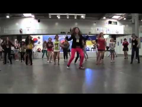 Видео: Танцевальный и зажигательный флешмоб Украина 2013 г