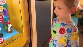 Распечатываем Хеппи Мил. Достаем сюрпризы игрушки Макдональдс в Дубай.