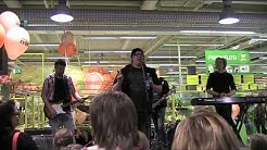 Arttu Wiskari keikalla kauppakeskus Sykkeessä 11.8.2012