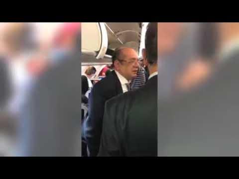 Gilmar Mendes é escrachado por passageiros em avião