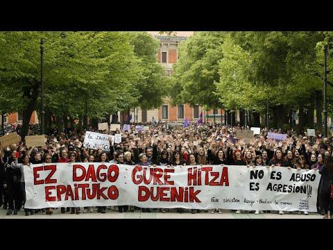 عشرات الآلاف يتظاهرون في إسبانيا احتجاجا على تبرئة 5 رجال من تهمة الاغتصاب
