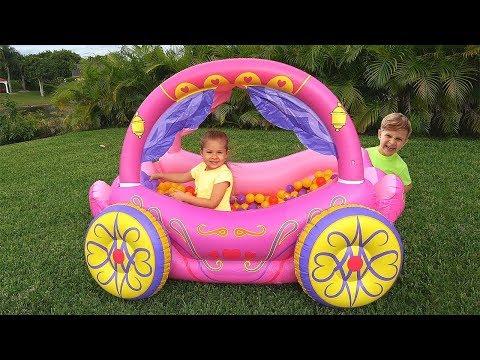 Diana finge brincar com carruagem inflável de princesa