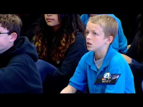 Soldier dad surprises son during school assembly
