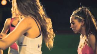 Сексуальные девушки играют в футбол